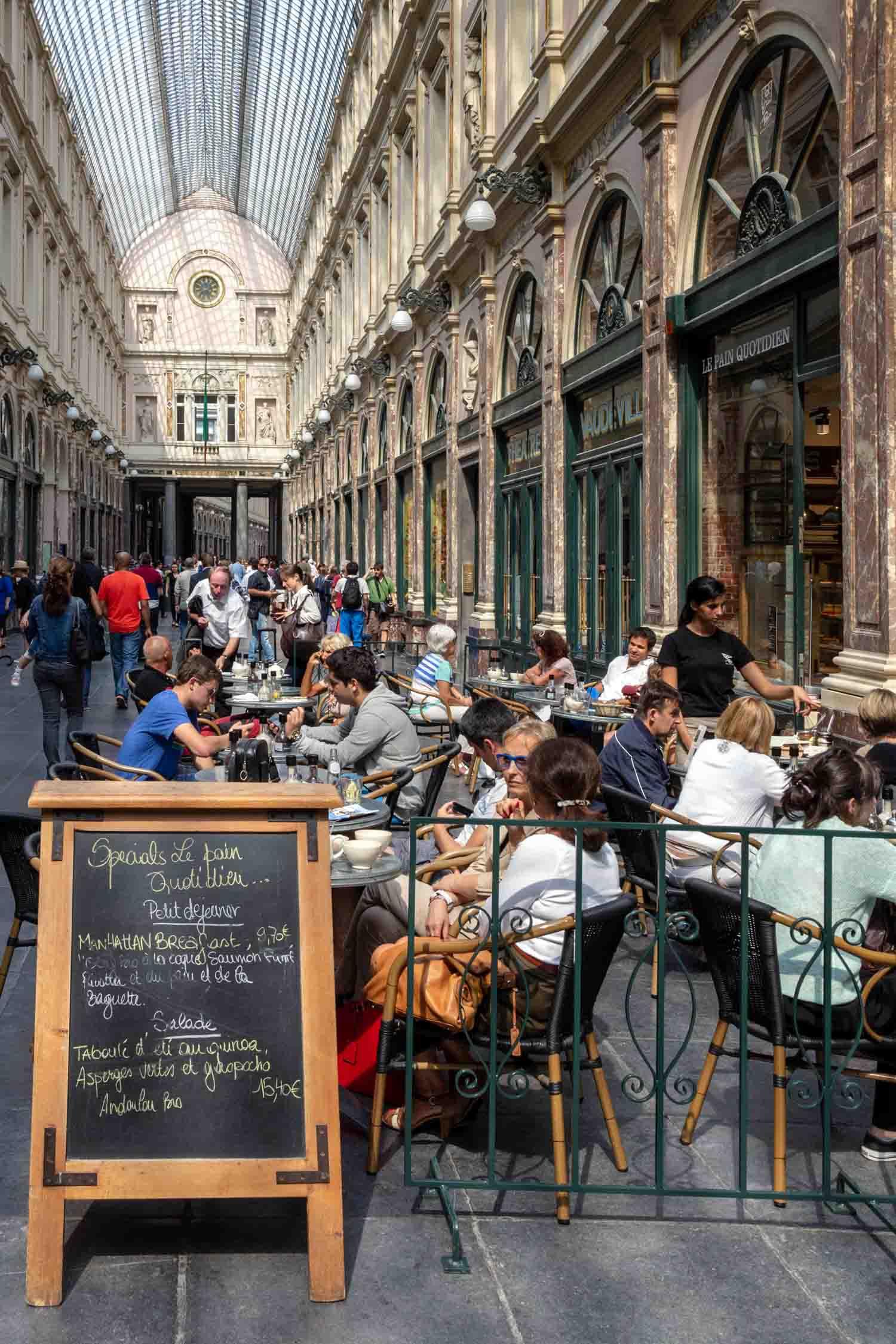 Brussels restaurant alleyway