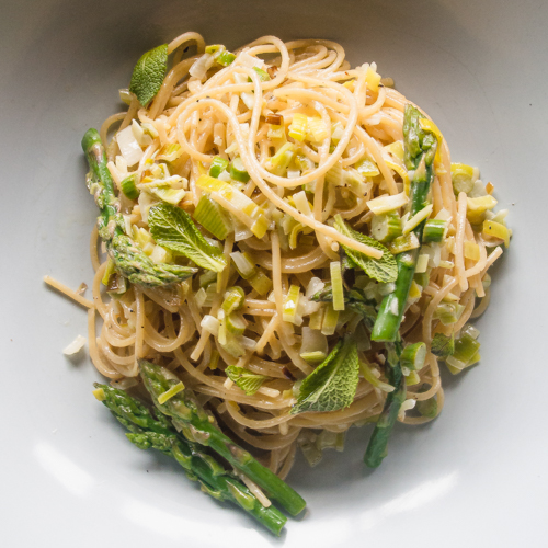 Easy spring asparagus pasta, with lemon leek cream. You wouldn't believe it only takes 10 minutes to make. #pasta #easyrecipes #asparagus #vegetarian #healthy #lemon #spring #creamy #parmesan #recipe #quick