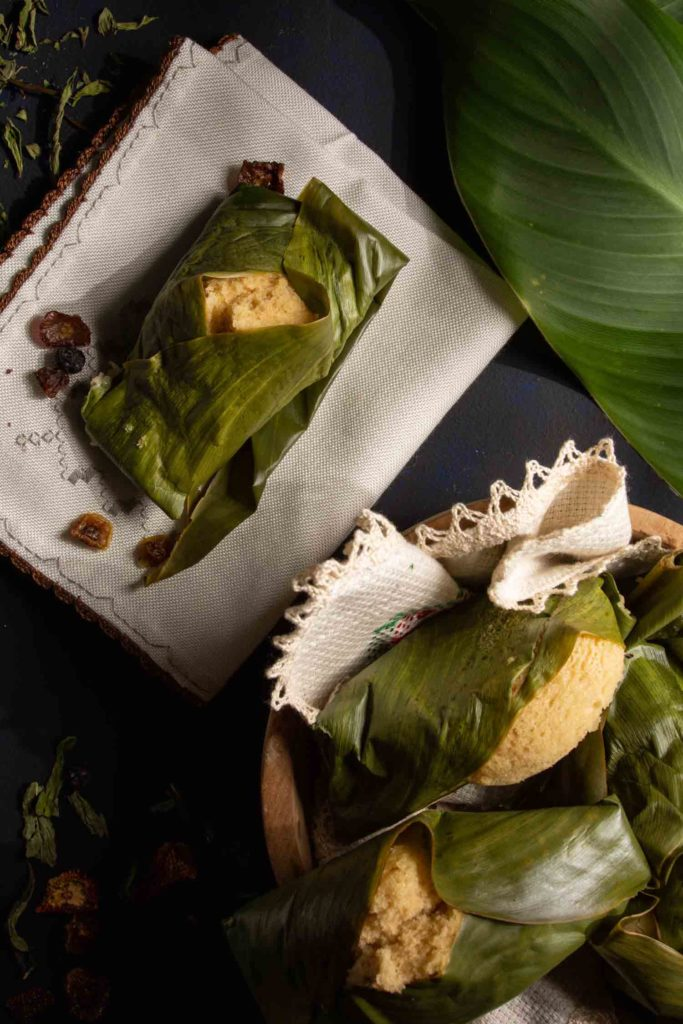 Quimbolito, a typical dish of Ecuadorian cuisine, is a steamed cake, wrapped in an achira leaf, garnished with achira leaf.